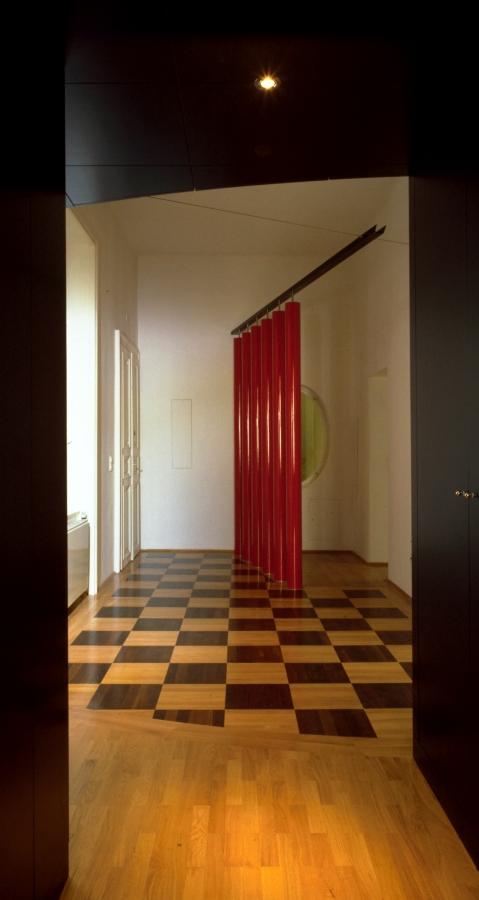GMMK , Foto: Elisabeth Mayr-Keber , Gert M. MAYR-KEBER ZT-GmbH. Wohnung mit roten Säulen 1987